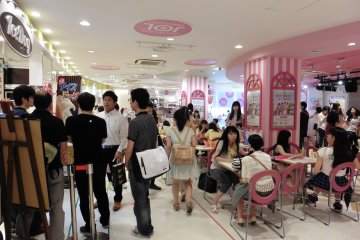 <p>You don&#39;t have to be a young teenage girl to enjoy a snack at Dream Station JOL</p>