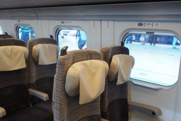 <p>Синкансэн имеет очень просторные и удобные сидения, и огромное пространство для ног.</p>