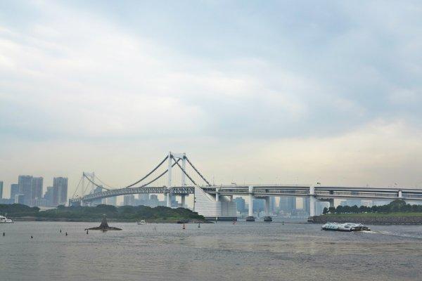 东京湾和彩虹大桥。