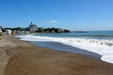 Akiya Beach is located on the south end of Tateishi Park and next to Restaurant Don. Perfect for those who want to relax on the sand and listen to the crashing waves.