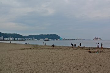 Kurihama Seashore is alarge, quiet, soft sandy beach that sits just across from Commodore Matthew C. Perry Park and adjacent to the Tokyo Wan Ferry