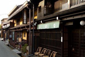 <p>타카야마의 거의 모든 길가에 자리잡고 있는 오래된 상점들은 놀라울 정도로 건물 상태가 잘 보존되어 있다. 이 도시가 &quot;작은 교토&quot;로 불리우는 이유다.</p>