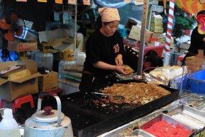 Les yakisoba, nouilles sautées, sont un incontournable lors des festivals