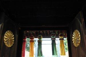 Le sceau impérial du Japon et les immenses banderoles colorées au-dessus de l'entrée principale