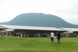 Un centre commercial au beau milieu des montagnes