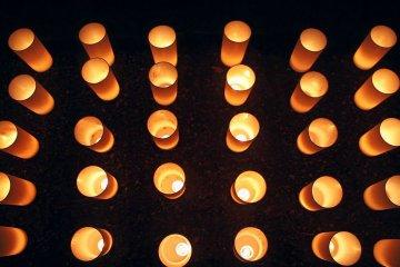 Дорога свечей Мино на водопаде Мино