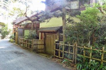 <p>รั้วบ้าน ที่ใช้วัสดุตามธรรมชาติ ที่เด่นๆ คือไม้ไผ่ บ้านบางหลังมีรั้วบ้านโปร่ง</p>