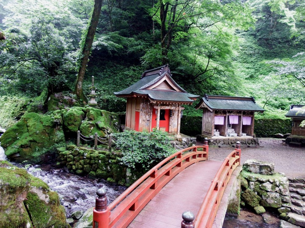 The walkway leading to the entrance gate of Eiheiji temple is along the Eiheiji river. As you walk to the temple you'll find some pretty shrines alongside it