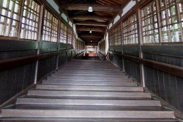 핫토(강당)는 언덕 꼭대기의 절터 높은 곳에 위치해 있고 방문객들은 긴 계단을 올라가야 한다