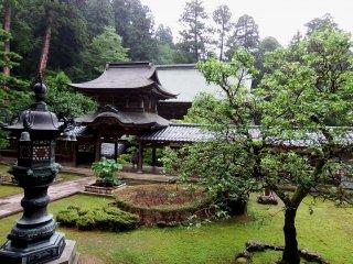 'Chujakumon Gate' seen from Buddha Hall with a beautiful courtyard in-between
