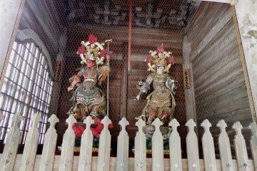 '4천왕'의 두 동상. 남부의 왕(왼쪽)과 서부의 왕(오른쪽)