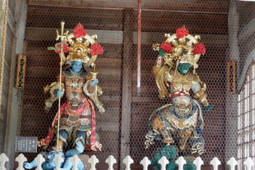 나머지 두 동상은 '천국의 왕'이다. 북쪽왕(왼쪽)과 동쪽왕(오른쪽)