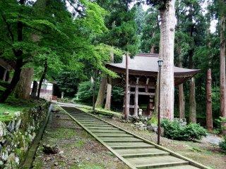 종탑은 푸른 숲 속에 조용히 서있다