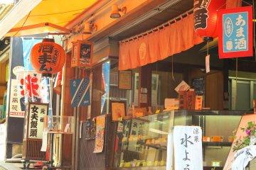 <p>江岛神社前面的商业街有在卖女夫馒头</p>