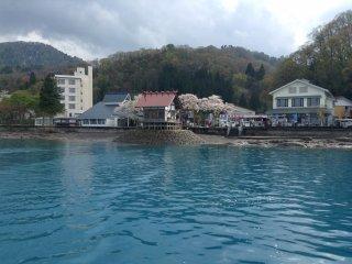 Satu dari banyak desa kecil yang dapat dilihat ketika Anda mengelilingi danau