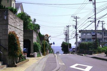 <p>镰仓高校前坡道上看过去的风景</p>