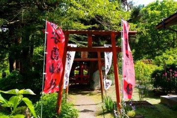 <p>The entrance to the Unedori Shrine</p>