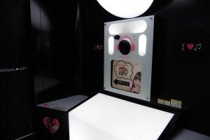 L'intérieur d'une cabine. Au dessus du petit écran se trouve la caméra.