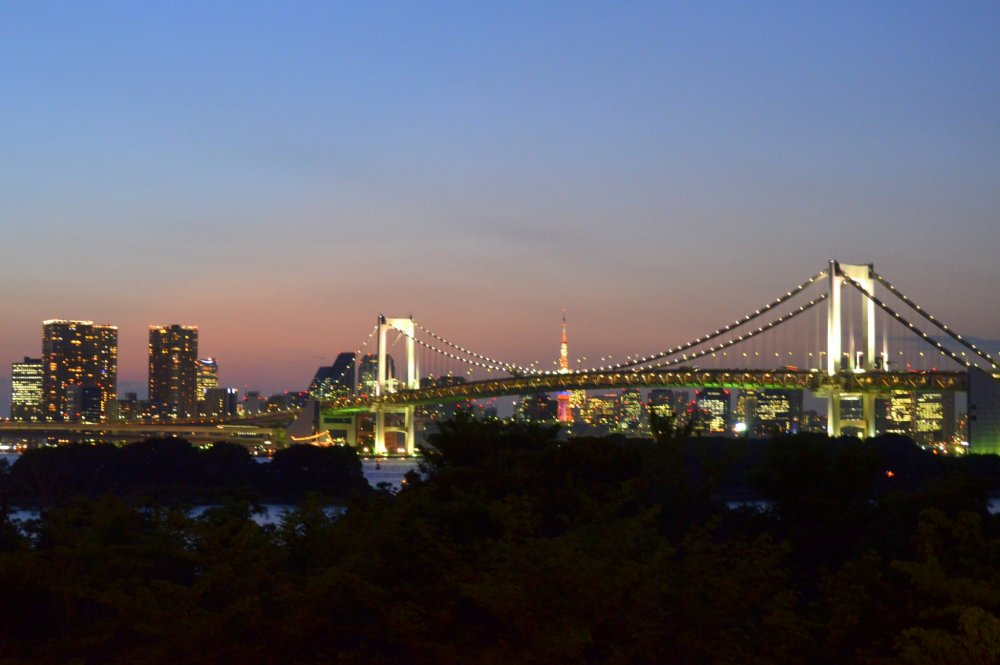 For sunset lovers, the Odaiba Beach Bar offers a great view of the Tokyo Bay and Rainbow Bridge with good food and drinks!