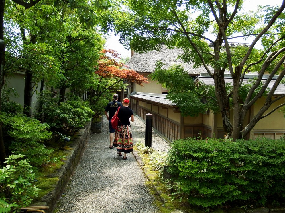 Jalan sempit menuju pintu masuk Yokokan Villa