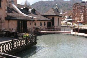 Danau berjembatan melengkung dan rerumputan tertata indah dalam taman