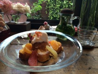 The flower french-toast is one of the recommended menu in this tea house.They put some flowers on the top.