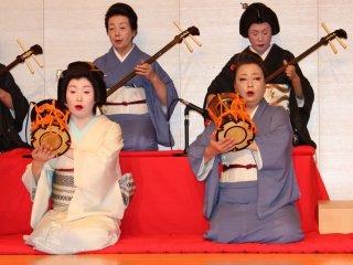 長唄「五郎」。普段は舞踊の「立方」もこのお披露目会では楽器を持つ。また、地方でも専門とは違う楽器演奏を披露したりして、見る側だけでなく、芸妓衆もこの発表の舞台を楽しんでいる