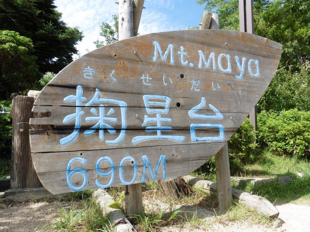 Tấm biển chào mừng bạn tới Kikuseidai trên đỉnh núi Maya