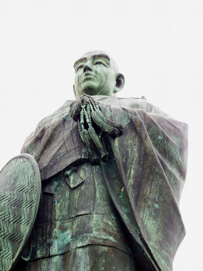 혼간지의 8대 법주인 '렌뇨상'. 1466년 엔랴쿠지에 의해 혼간지가 압제되고 파괴된 후, 렌뇨는 1471년 이곳에 혼간지를 다시 지었다