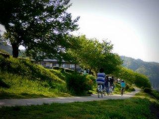 Có những con đường để đi bộ, đi xe đạp hoặc chạy bộ dọc cả hai bờ sông