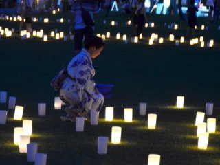Một người phụ nữ trong trang phục mùa hè truyền thống của Nhật Bản (Yukata).