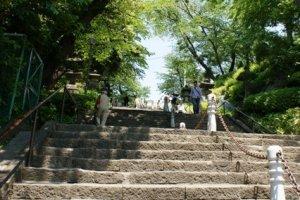 石段は加藤清正公の寄進での此経難持坂(シキョウナンジザカ)と呼ばれる。蓮華経の教えを守り続ける困難と、石段を登りきるまでの苦しさを関連つけた名称。