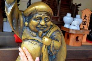 """Menyentuh patung perunggu """"Nade-Daikouku-san"""" dipercaya dapat membantu doa seseorang terkabul"""