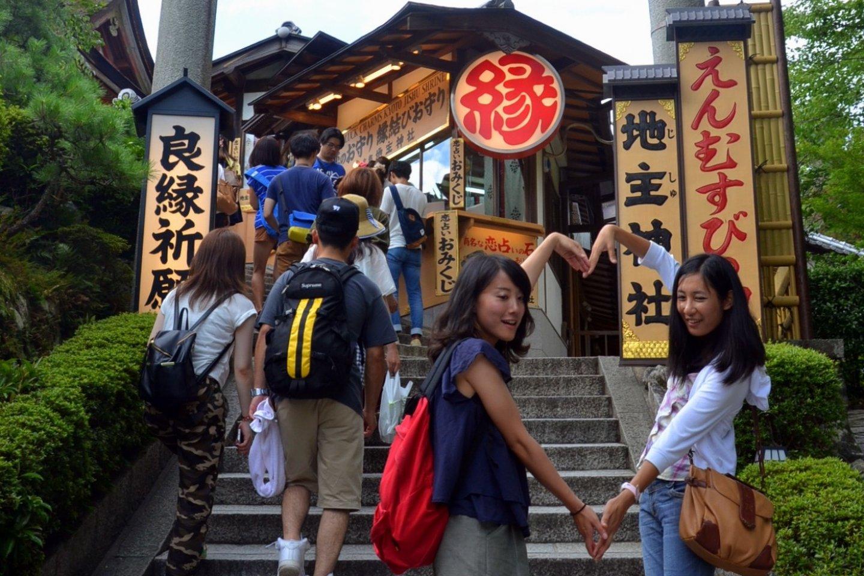 Para wanita muda di pintu masuk Kuil Jishu