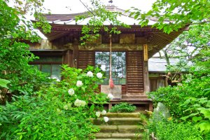 Uma das várias estruturas pitorescas no recinto do Templo Gokurakuji