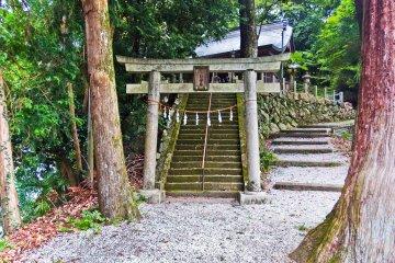 <p>The approach to the small but picturesque temple of Kuroyama Kumano (黒山熊野), affiliated to the world famous Kumano Kudo Shrine in Shingu, Wakayama Prefecture</p>