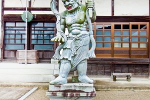 A rather scary looking Buddhist deity guarding the entrance to Entsuji Temple (円通寺)