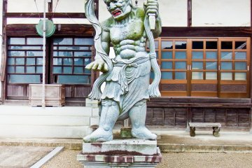 <p>A rather scary looking Buddhist deity guarding the entrance to Entsuji Temple (円通寺)</p>