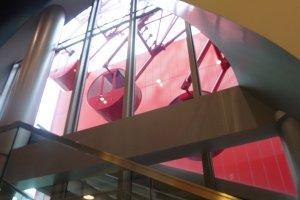 A roda gigante passa pelos andares superiores do centro comercial