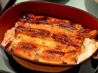 Unagi Jyu yang kaya rasa (belut panggang ukuran sedang dan nasi)