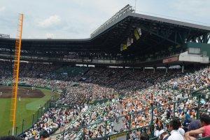บรรยากาสภายในสนามเบสบอลHanshin Koshien Stadium ที่เต็มไปด้วยผู้คนนับหมื่นที่มารอชมเบสบอลนัดสำคัญ