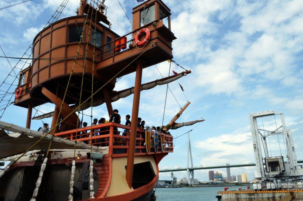 ภายนอกเรือมีการออกแบบเสมือนเรือเดินสมุทรของโคลัมบัสผู้ค้นพบทวีปอเมริกา