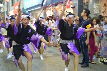 <p>นักเต้นผู้ชายออกลีลาแข็งแรง สนุกสนานกันเต็มที่</p>