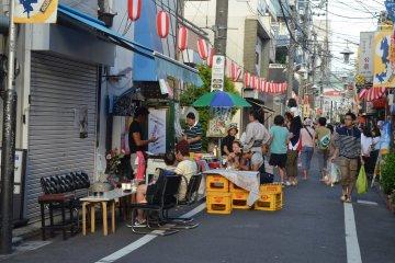 <p>ร้านค้าละแวกนี้ปิดร้านและมาขายอาหารแทน</p>