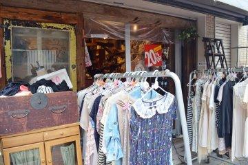 <p>บางร้านก็เอาเสื้อผ้ามาวางให้เห็นหน้าร้านกันชัดๆ</p>