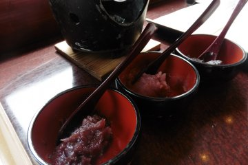 <p>The fillings available are chocolate, strawberry and red bean paste</p>