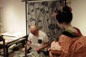 Après sa performance, la Maiko part elle aussi à la découverte du musée