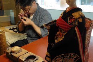 Un fabricant de perruques pour poupées japonaises