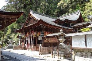 อาคารฮอนเด็น หรืออาคารหลัก อาคารหลักของศาลเจ้าฮิมุเระ ฮะชิมันกุ นี้เป็นที่ประดิษฐานของเทพเจ้าแห่งสงคราม