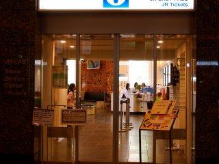 Trung tâm dịch vụ du lịch JR EAST, ngay bên trong nhà ga, là nơi để đặt chỗ và đặt câu hỏi